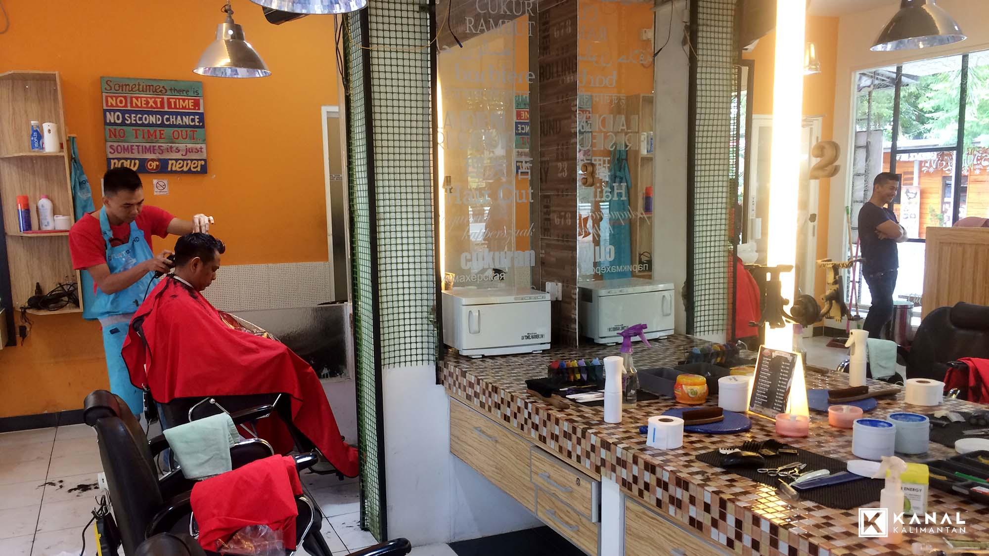 Para pengunjung ramai mendatangi Cut Prima Barbershop di Banjarbaru. Foto    rico 0e52c0c905