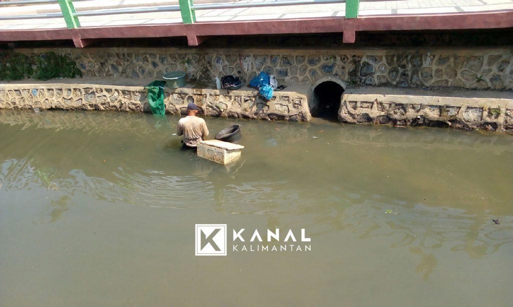 Madjudi Lima Tahun Berkubang Di Sungai Untuk Memburu Cacing Sutra Kanal Kalimantan