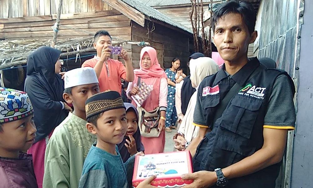Humanity Food Van ACT Sambangi Anak-anak Nelayan di Desa Rampa