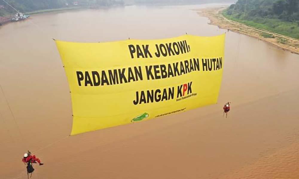Pesan Khusus Greenpeace dan Save Our Borneo ke Jokowi di Jembatan Sungai Kahayan